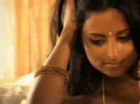 Эротика обнажённой индианки с удавом