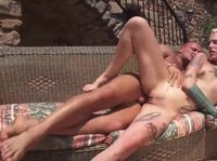 Блондинка с парнем веселятся на солнышке