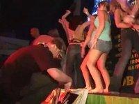 Девушки в ночном клубе позволяют себе откровенные танцы