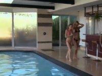 После бассейна девчонки пошли трахаться с мужиками