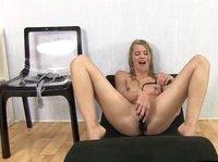 Блондинка веселится со своими резиновыми игрушками