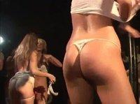 Девушки, танцуя на сцене, зарабатывают себе первое место