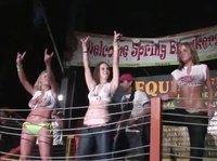 Большой ринг, но не для боя, а для поединка голых девушек