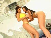 Две подруги в купальниках развлекаются с резиновыми игрушками
