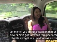 В такси садится девушка с весьма внушительной грудью