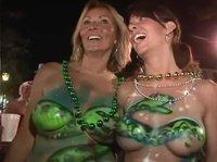 На празднике совершенно голые, но раскрашенные женщины