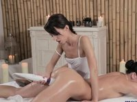 Девушки обмениваются лёгким и приятным массажем