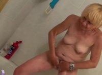 Очень зрелая бабёха приласкала сексуальную соседку
