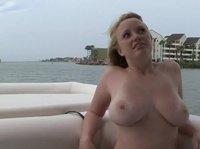 Болтает сиськами и раскрывает свой скворечник на лодке