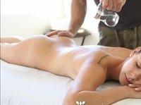 Тело девушки быстро расслабляется под воздействием горячего масла