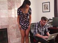 Брюнетка отвлекает парня от работы своим эротическим танцем