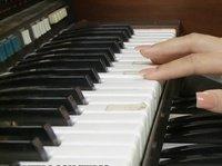 Лысый пианист был очень строг со своей подопечной