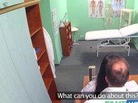 Доктор практикует глотательные процедуры