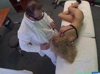 Предложил пациентке прилечь на кушетку и раздеться