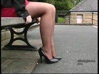Девушка в юбке с красивыми ножками