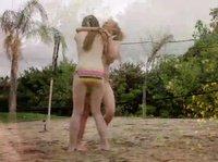 Девчонки играют в волейбол для возбуждения