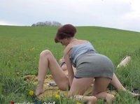 Лесбиянки отдыхают среди зелёного поля