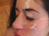 Гулящий рот всегда сосет и получает поток спермы на лицо