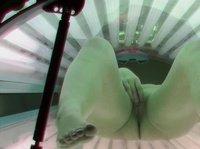 Девушку засняли на скрытую камеру в солярии