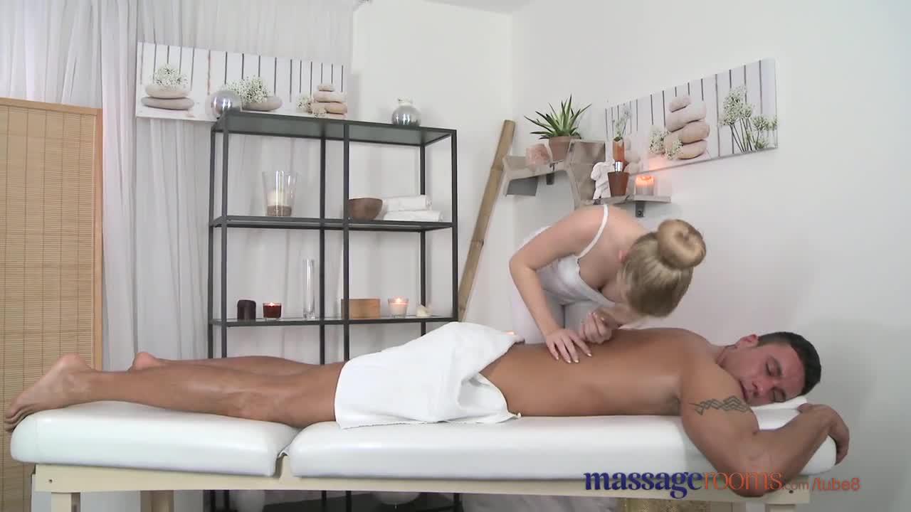 massazhist-uznaet-chto-klientka-devstvennitsa