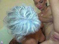 Седовласая лесбиянка шпарит голубоглазую симпатяшку