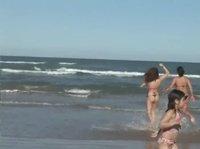 Наблюдаем за парочкой задниц на пляжной вечеринке