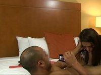 Парень трахает молодую брюнетку в номере отеля Radisson и сам снимает на камеру