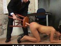Секретарша захотела попробовать жесткий секс за деньги с извращениями