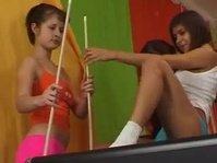 Подруги по-своему играют в пул на бильярде