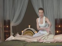 Стройная нимфа делает необычный массаж