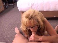 Женщина демонстрирует оральные навыки