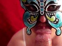 Сосуха прячет лицо за маской