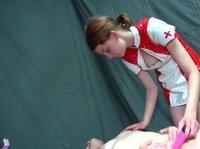 Медсестра радует свою пациентку