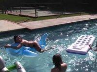 Немного пива и влажные игры лесбиянок у бассейна