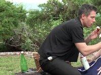 Даника под взбитыми сливками на пикнике