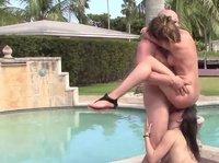 Брюнетка вылизывает яички чувака, пока он ебет ее подругу