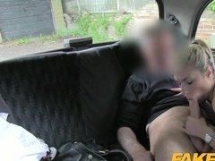 Пассажирка поимела водителя ротиком