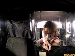 Озабоченная пассажирка делает минет и скачет на члене
