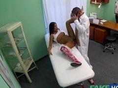 Похотливый доктор трахает одну из девушек на кушетке