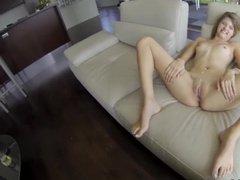 Симпатичная сучка раздвигает ножки для ебли