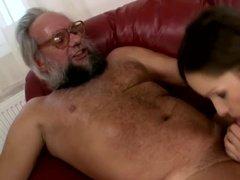Толстый мужичок нанял сучку для бурной ебли