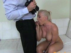 Порно агент трахнул на кастинге татуированную блондинку