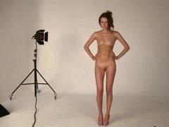 Фотограф трахает пальцами писю модели после фото сессии