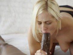 Блондинка заманила чернокожего самца на шальной секс