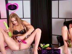 Девушки участвуют в эротическом соревновании по мастурбации