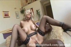 Блондинка в чулках смело раздвигает ноги перед негром