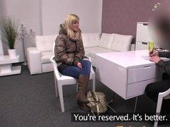 Блондинка лихо занимается сексом на порно кастинге