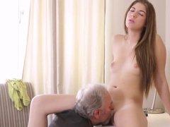 Престарелый мужчина склонил молодую девушку к сексу