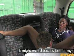Таксист развел шальную мулатку на еблю в машине