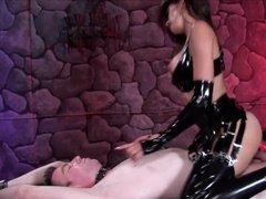 Шальная госпожа оседлала своего раба